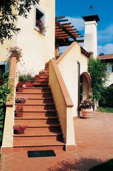Progetta un giardino naturale con i pavimenti in cotto per - Scale per esterno in muratura ...